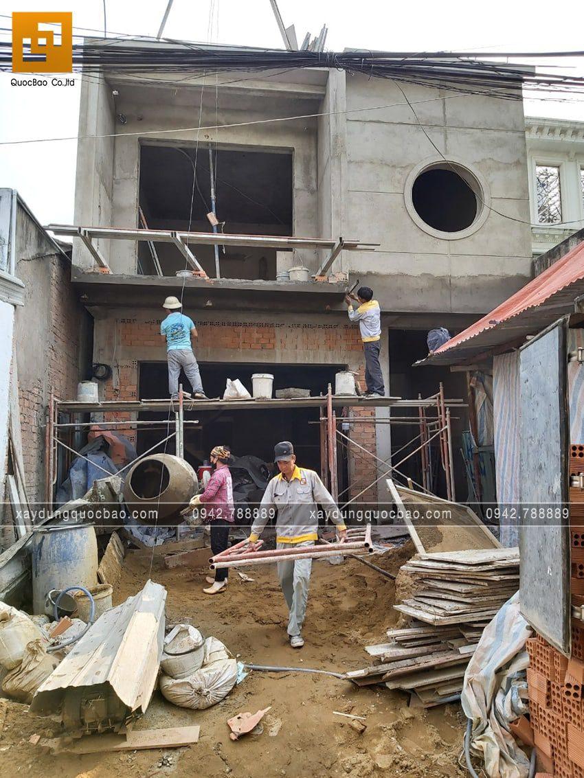 Công nhân thi công tô trát tường khu vực mặt tiền