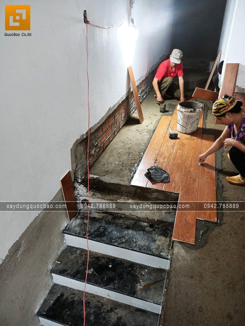 Ốp gạch giả gỗ khu vực hành lang cầu thang