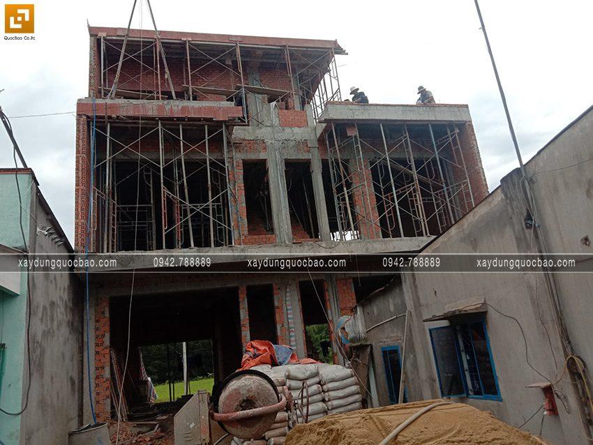 Đội thi công đang thi công phần thô nhà 3 tầng