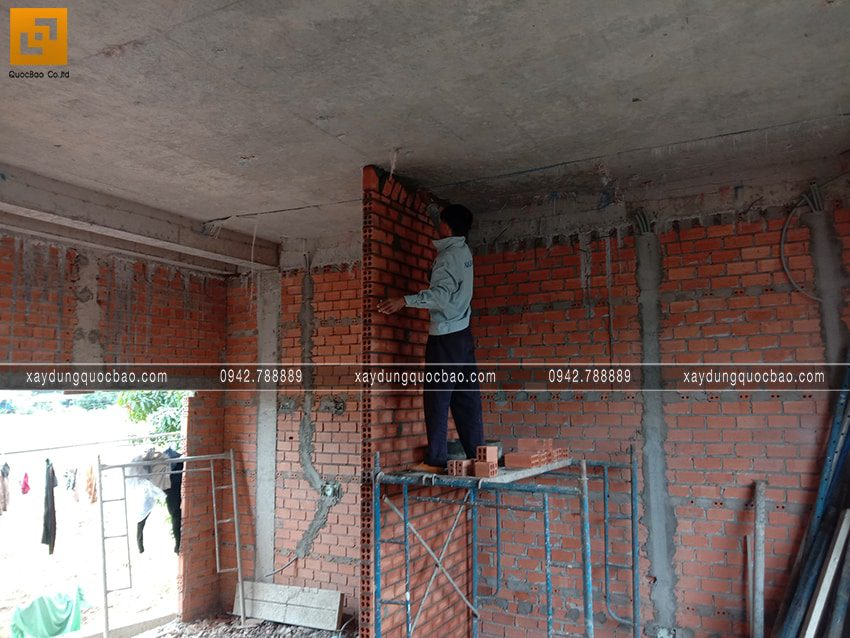 Công nhân thi công tường ngăn các phòng