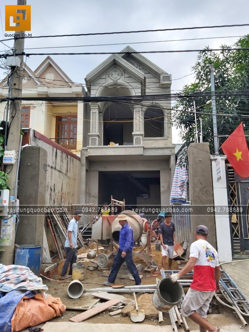 Ngôi nhà phố 2 tầng mái thái của chị Hòa đang dần hoàn thiện