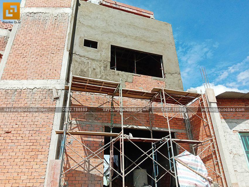 Tô trát  xi măng tường phía bên ngoài nhà - Ảnh 1