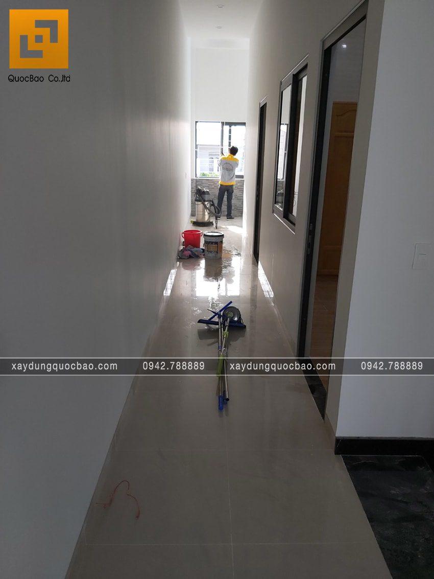 Công nhân thi công lắp đặt cửa, kính