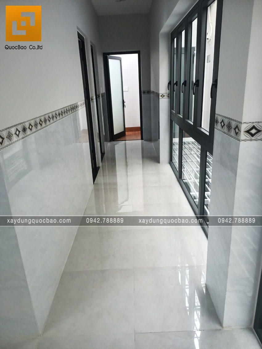 Lối đi hành lang và sân bên hông nhà