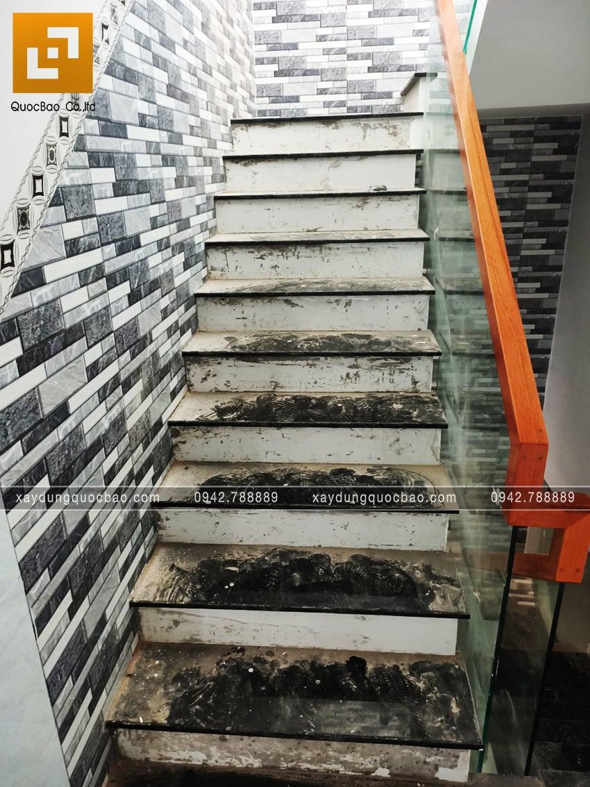 Lối đi cầu thang được ốp đá hoa cương sang trọng
