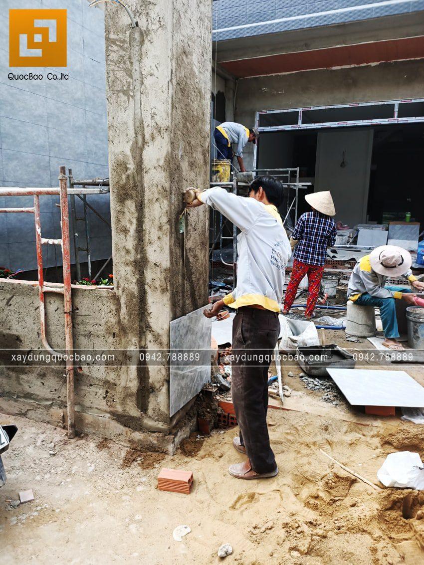 Công nhân ốp gạch trang trí cổng nhà