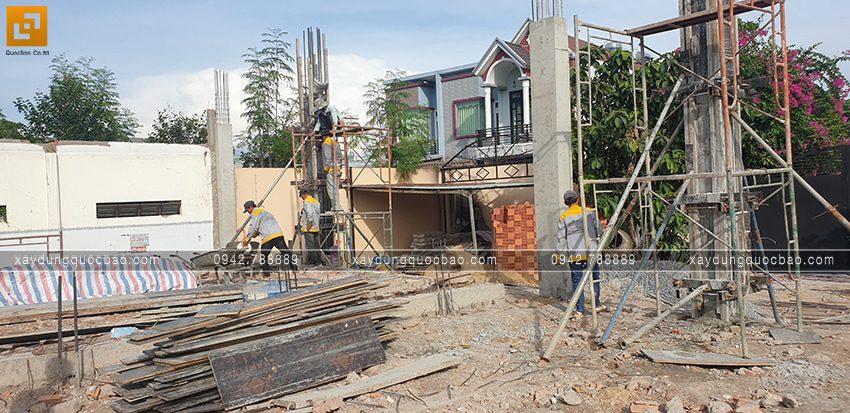 Đổ bê tông cột trụ tầng trệt - Ảnh 2