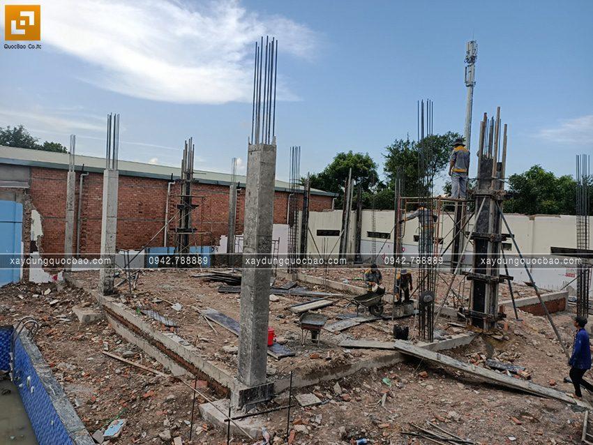 Đổ bê tông cột trụ tầng trệt - Ảnh 1