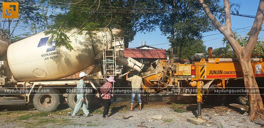 Công đoạn đổ bê tông tươi tại công trình - Ảnh 1