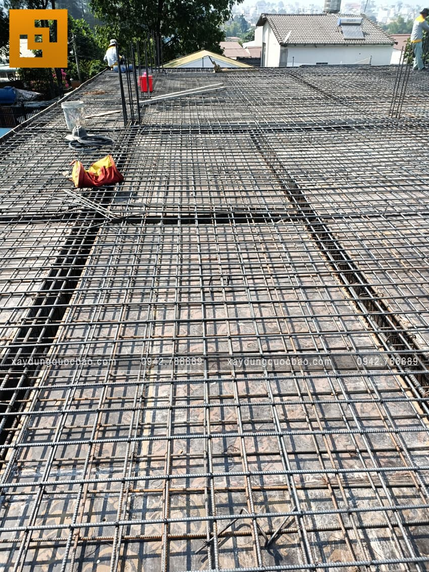 Công nhân chuẩn bị cốt thép để đổ bê tông sàn lầu 1 - Ảnh 3