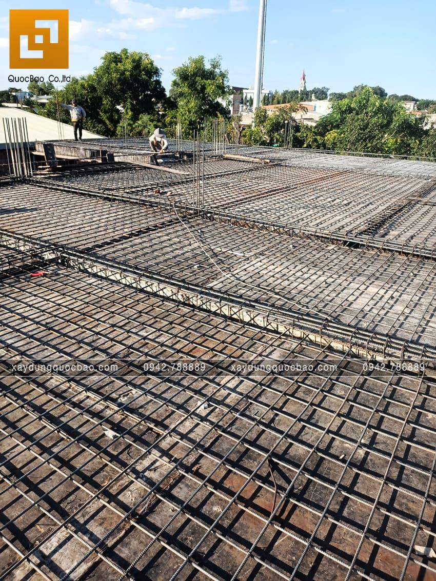 Công nhân chuẩn bị cốt thép để đổ bê tông sàn lầu 1 - Ảnh 2