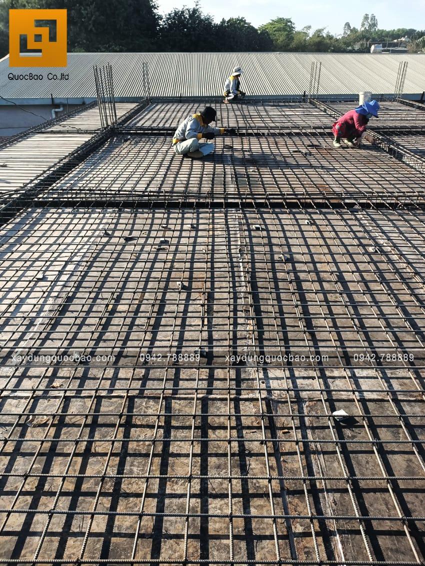 Công nhân chuẩn bị cốt thép để đổ bê tông sàn lầu 1 - Ảnh 1
