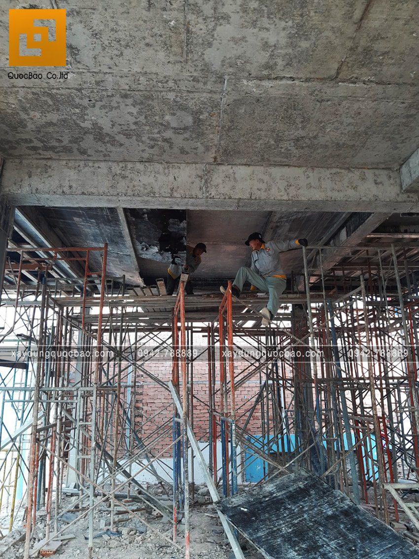 Công tác tháo cốp pha bê tông sàn - Ảnh 1