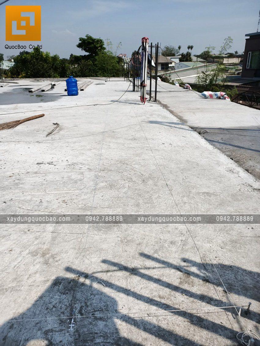 Kỹ sư kiểm tra chất lượng bê tông tại công trình