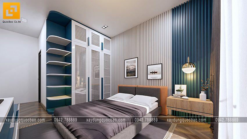 Giường ngủ trang trí đầy đủ tiện nghi cho nhu cầu sử dụng như tủ đựng quần áo, bàn trang điểm, kệ tivi, đèn đọc sách, tranh trang trí,...