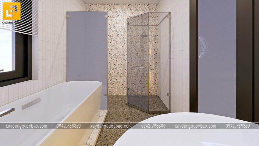 Phòng tắm đứng vách ngăn bằng kính trong suốt, bồn cầu thiết kế ở góc cuối phòng tắm rất tiện dụng