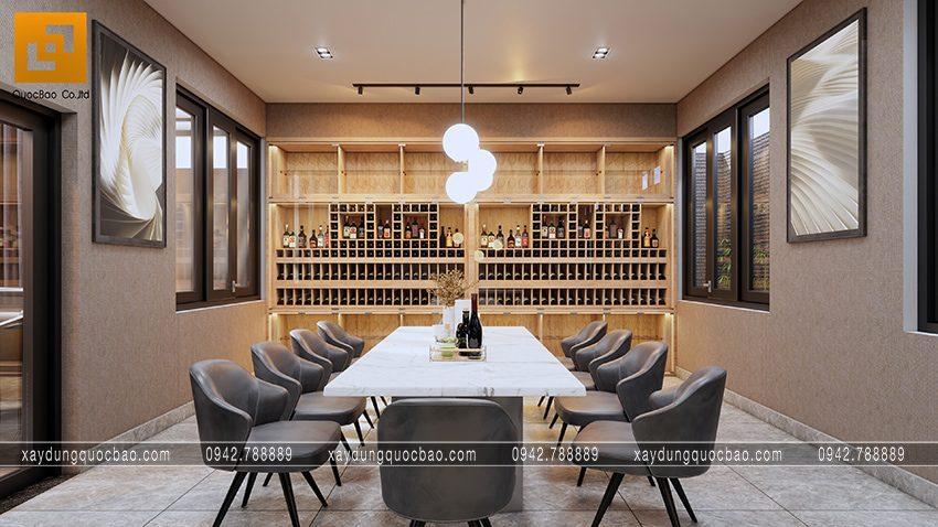Bàn ăn được trang trí nhẹ nhàng, tủ trưng bày rượu làm background thêm nổi bật
