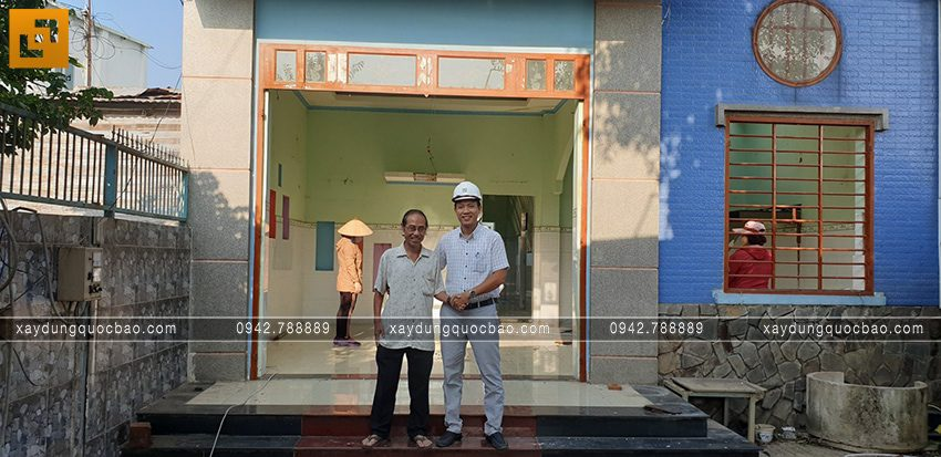 Đại diện công ty ZCONS cùng gia chủ làm lễ khởi công xây nhà