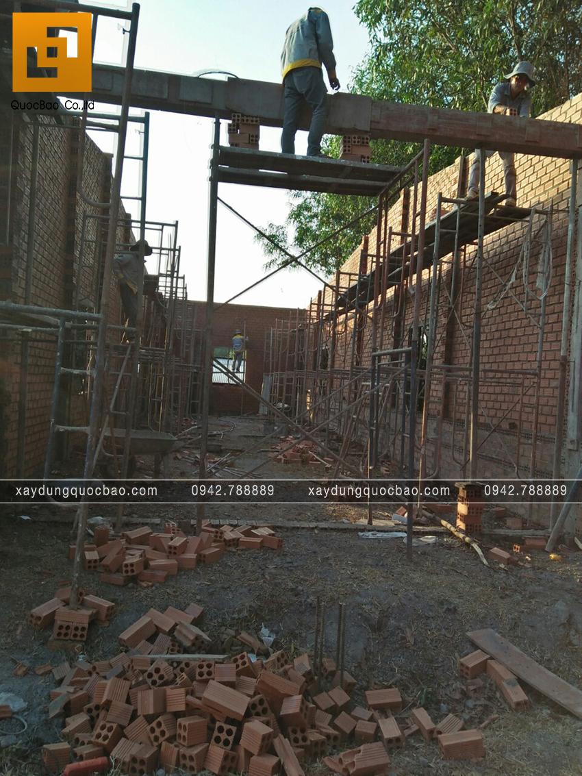 Thi công phần thô tầng trệt nhà mái thái - Ảnh 8